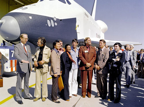 Gene Roddenberry und Darsteller neben dem Space Shuttle Enterprise
